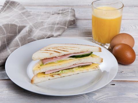 Сендвич треугольный с ветчиной и сыром