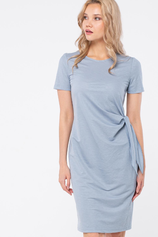 Платье З447-480 - Элегантное летнее платье спокойного однотонного серо-голубого оттенка.Полуприлегающий силуэт в сочетании с легкой струящейся тканью выигрышно подчеркивает достоинства фигуры.  Неглубокий округлый вырез горловины, короткие втачные рукава, длина чуть выше колена позволяют  уверенно использовать платье для делового образа.Изюминкой модели служат завязывающиеся элементы в области талии, которые привлекают внимание и оживляют сдержанный стиль платья.Поливискоза, из которой выполнено платье, приятно прилегает к телу и является прочным и долговечным материалом.Платье элегантного повседневного smart casual стиля для весенних и летних рабочих дней.