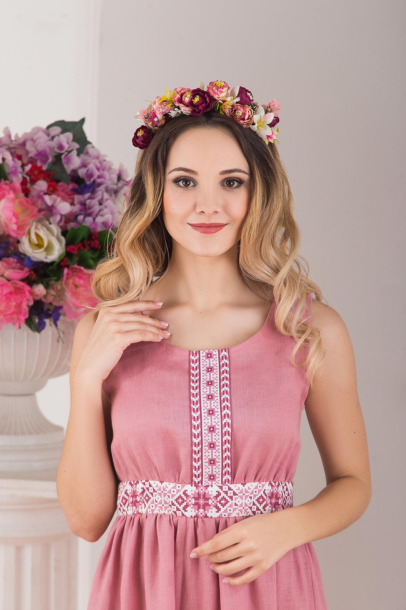 Сарафан традиционный розовый льняной Алатырь от Иванка приближенный фрагмент