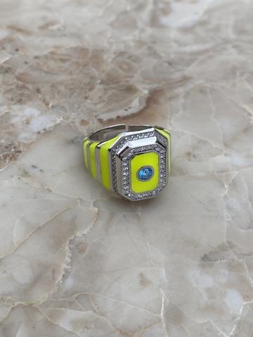 Кольцо-печатка из серебра с желтой эмалью и голубым цирконом
