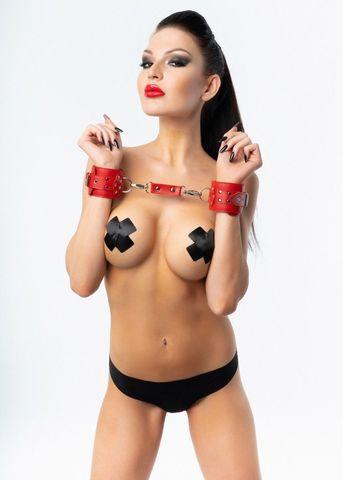 Красные наручники с фиксацией на двух карабинах