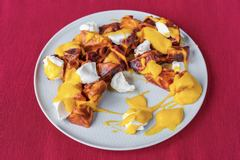 Салат с манго и запечённой свеклой