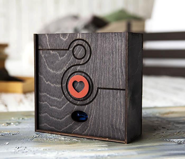 BOX222-1 Черная подарочная коробка к 8 марта (17*17*7 см)