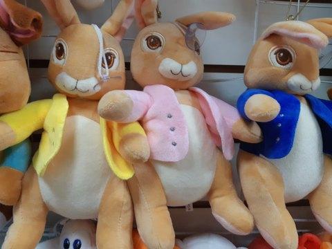 Три кролика в разноцветных одёжках