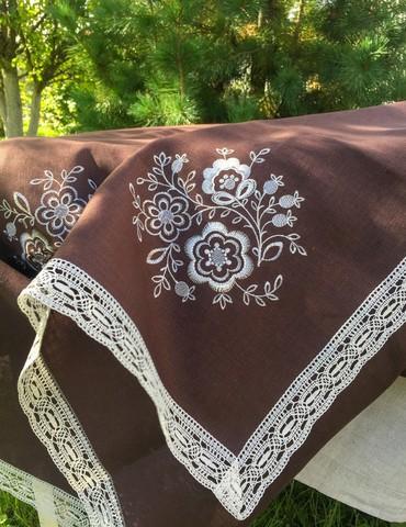 Скатерть льняная тёмный шоколад овальная с кружевом и вышивкой 150 х 250 см