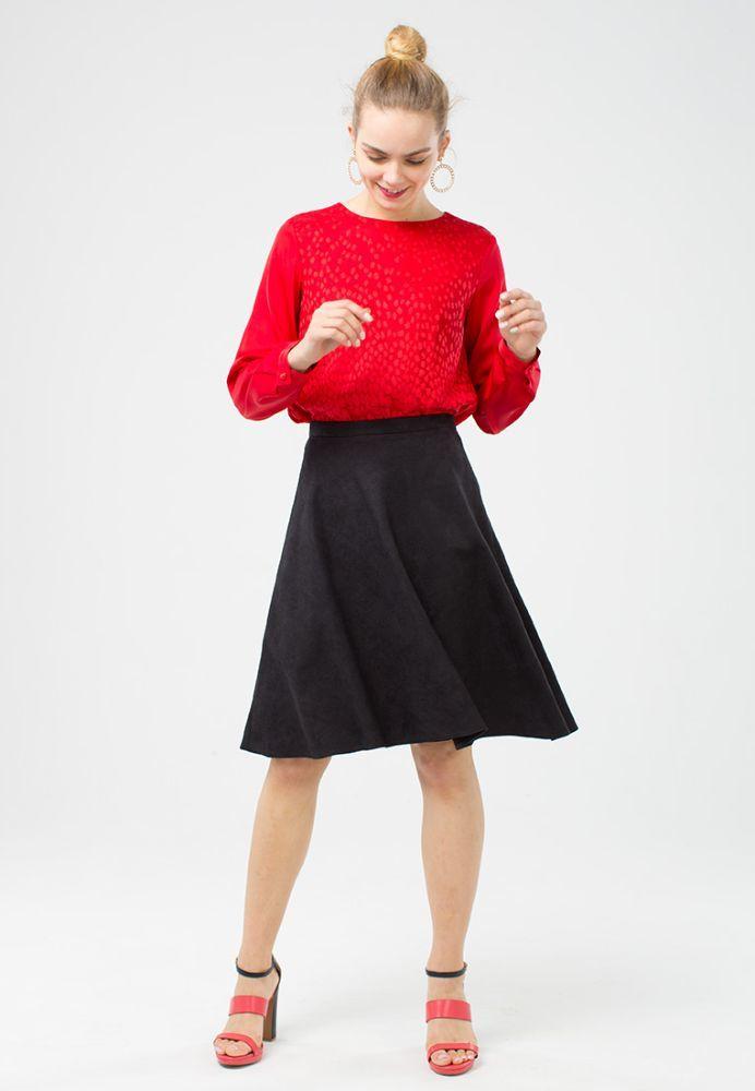 Юбка Б045-379 - Юбка-полусолнце красиво подчеркивает линию талии. Ткань имитирует трендовую фактуру замшы и долго сохраняет свой изначальный вид, а значит юбка будет вас радовать долгие годы. Полусолнце с длиной до колена формирует женственный силуэт и подчеркивает красоту ног. Подкладка из поливискозы обеспечивает комфорт вашим ножкам.