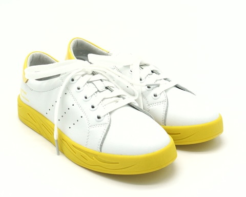 Белые кожаные кеды на яркой желтой подошве