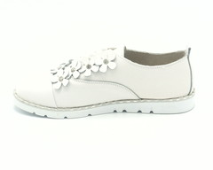 Белые кожаные полуботинки на шнуровке с декоративным элементом