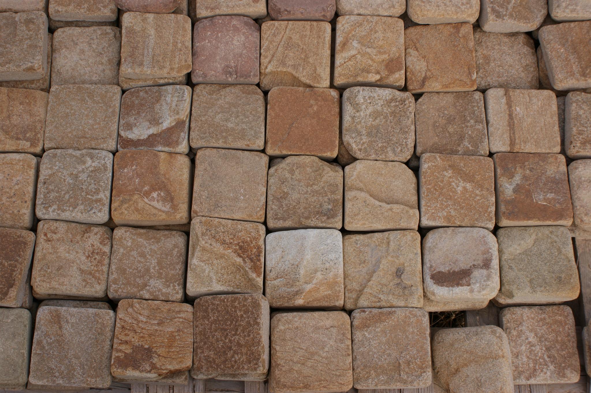 плитка песчаник пилено-галтованный Сосна, пример кладки