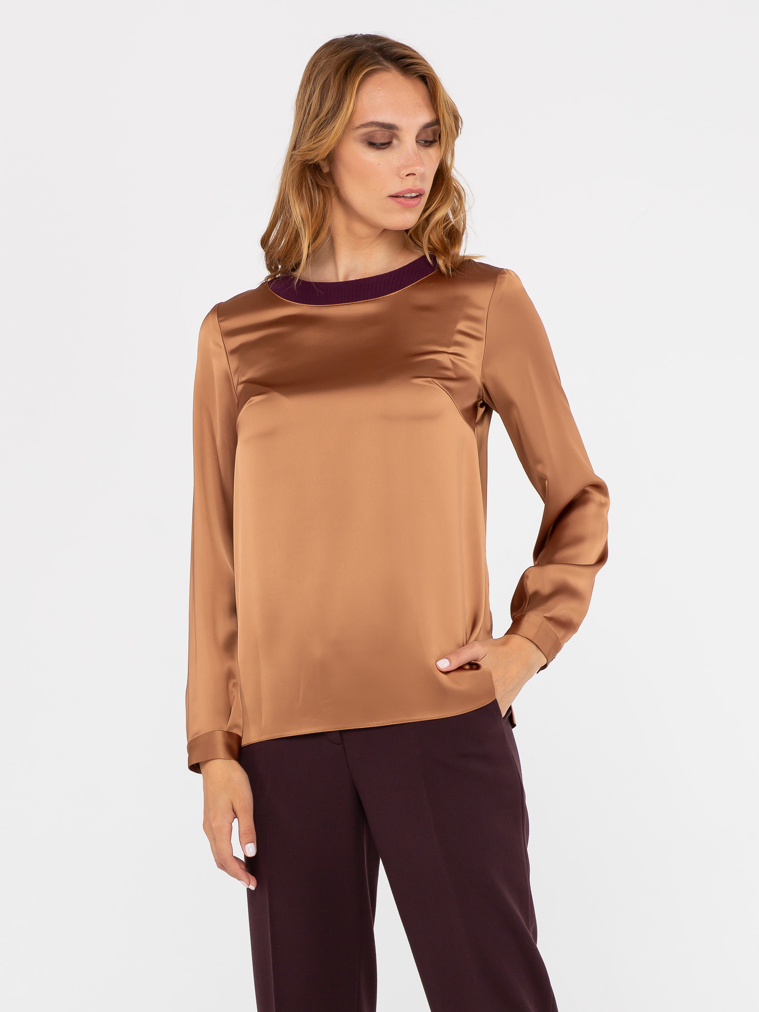 Блуза Г564-160 - Атласная блуза прямого силуэта с длинным рукавом. Округлый вырез горловины обработан контрастной рельефной тканью. Можно носить как на выпуск, так и заправлять в юбку или брюки. С этой моделью легко создать элегантный вечерний или деловой, для работы, образ.