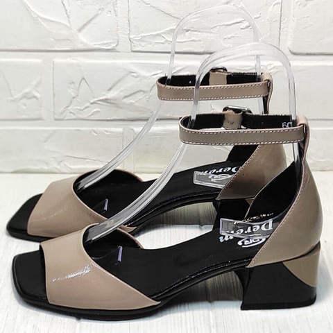Кожаные босоножки с квадратным носком. Женские босоножки с закрытой пяткой. Бежевые босоножки на квадратном каблуке 5 см. Лаковые босоножки с ремешком на щиколотке Derem Beige-Black.