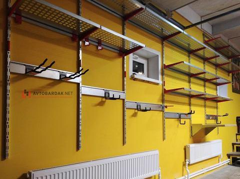 Проект № 25:  гараж 44 кв м (оцинкованные полки на желтых стенах)