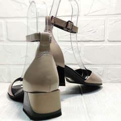 Бежевые босоножки на квадратном каблуке 5 см женские Derem 602-464-7674 Beige Black.