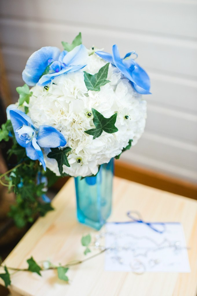 букет невесты из гвоздики и орхидеи фалинопсис