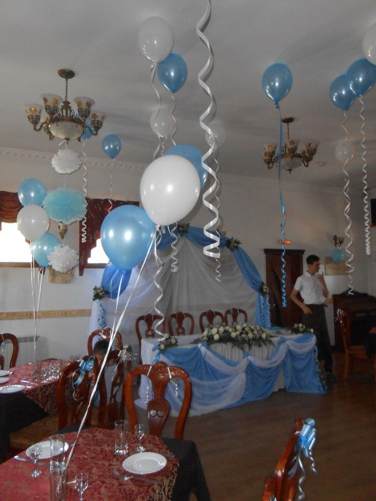 Оформление свадьбы в голубом цвете Алматы. гелиевые шары по 200 тг, бумажные помпоны