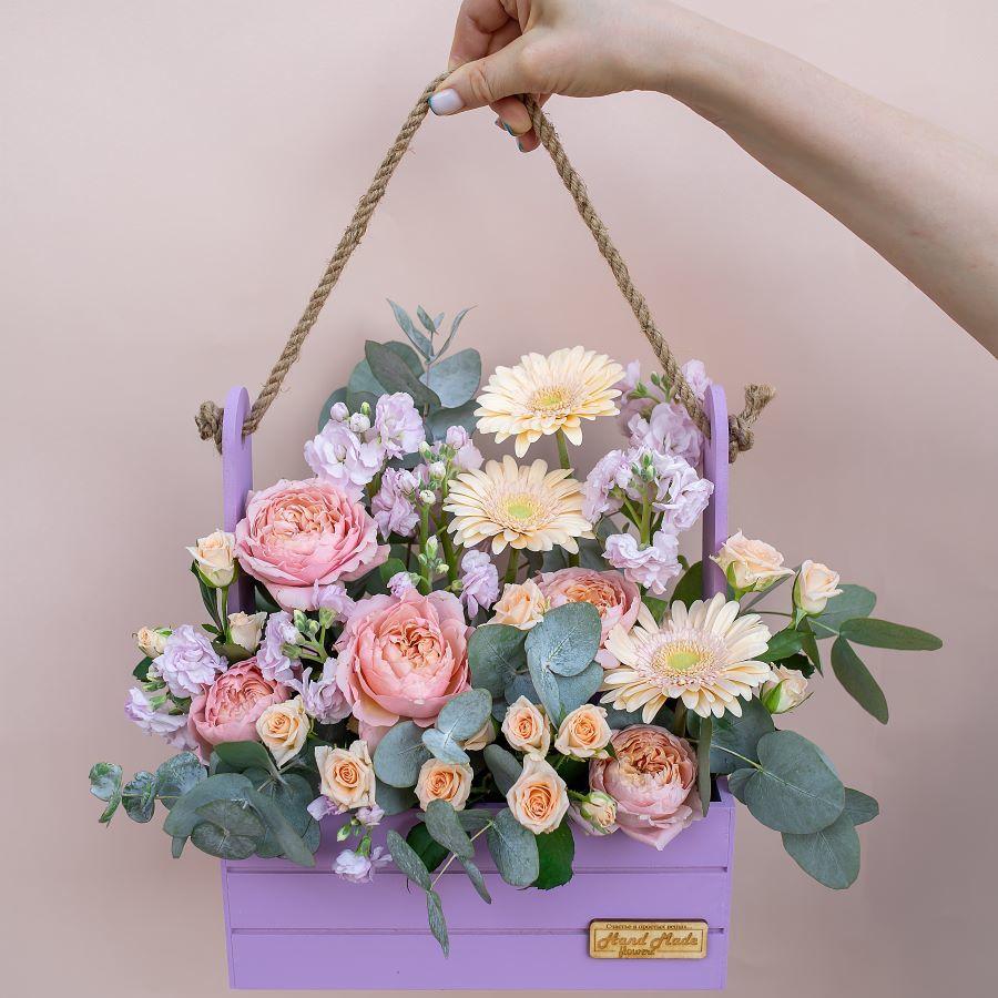Композиция из живых цветов в ящике