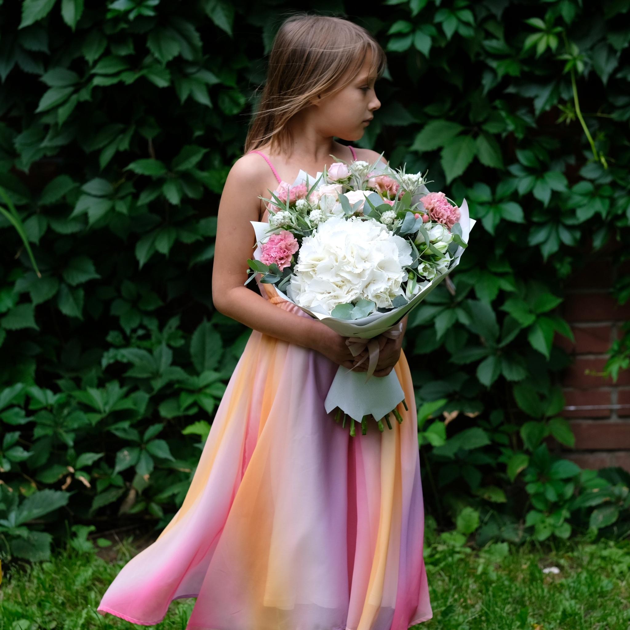Букет летний с белой гортензией и пионовидными розами