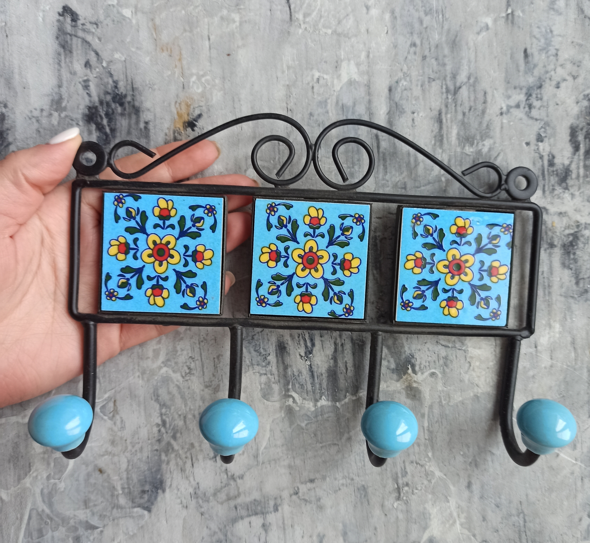 Вешалка декоративная с голубым орнаментом малая