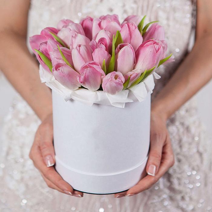 Купить букет розовых тюльпанов в белой шляпной коробке Пермь