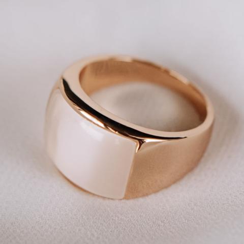 Кольцо с бежевым опалом