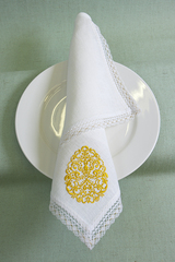 Льняная салфетка с вышивкой и кружевом