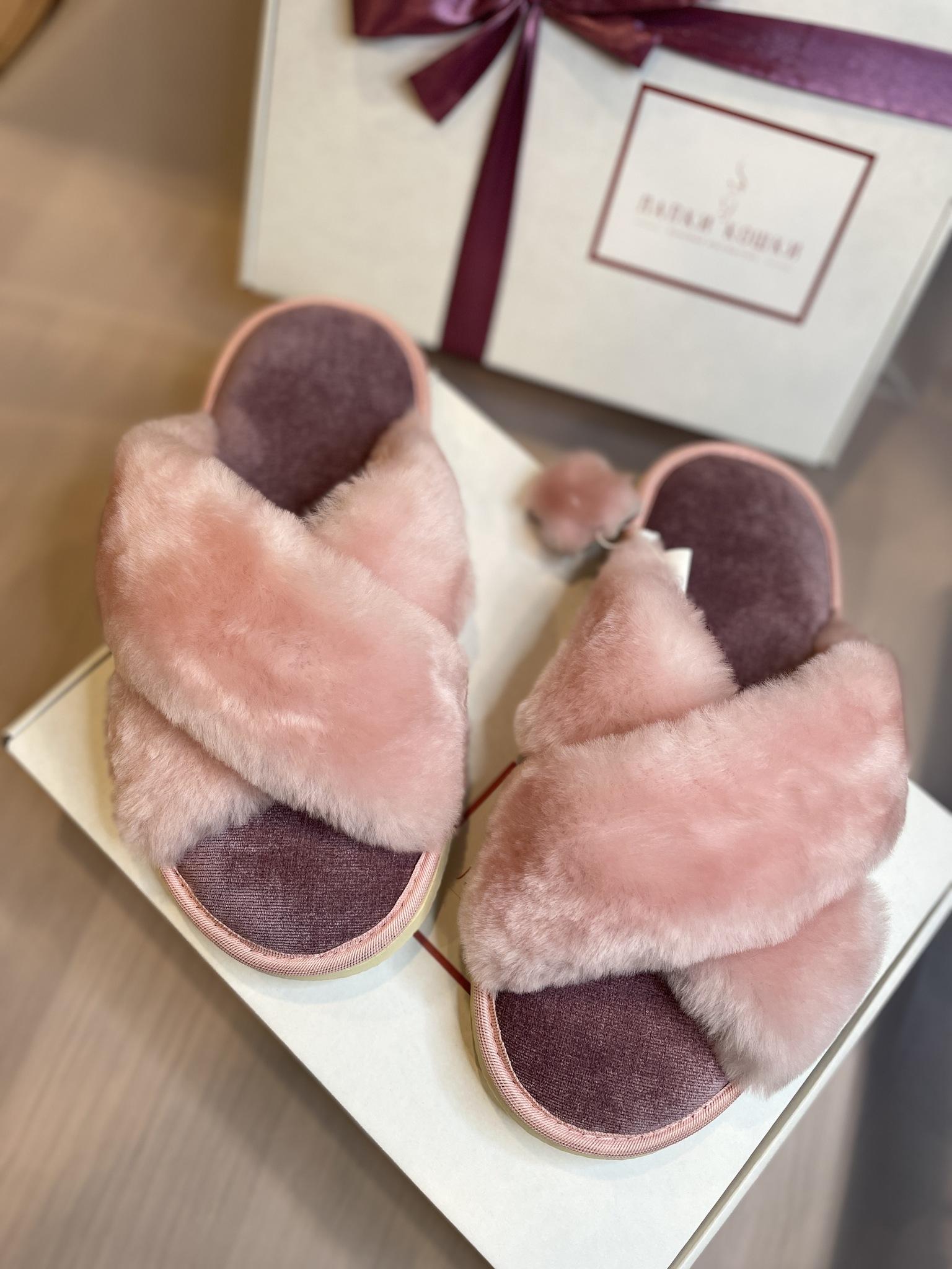 Меховые тапочки розовые с перекрестными шлейками и текстильной стелькой сиреневой