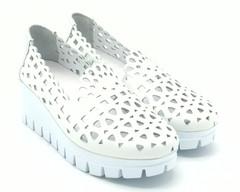 Белые кожаные полуботинки на горке