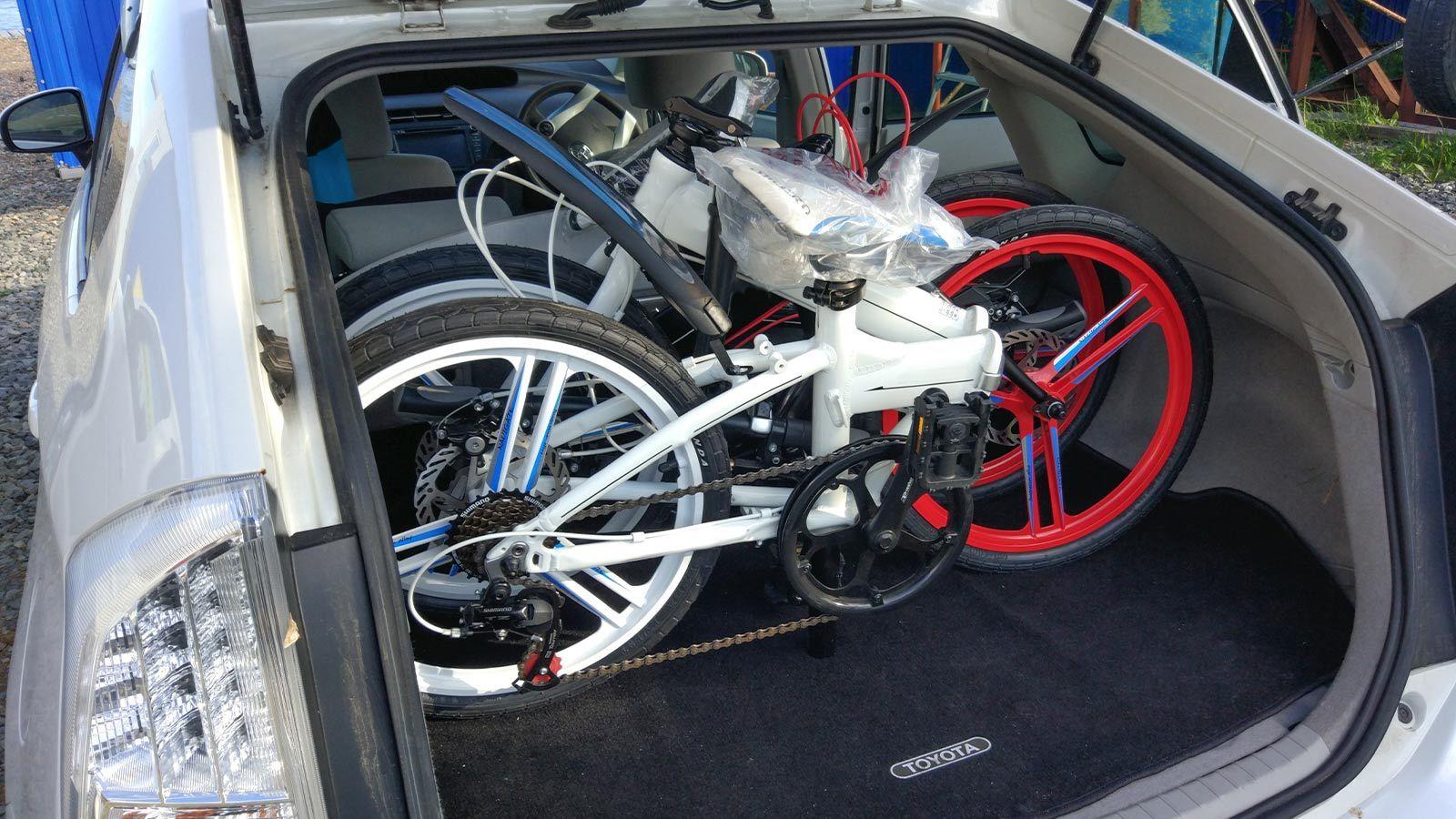 в багажнике складные велосипеды