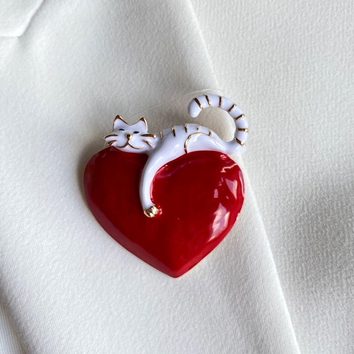 Брошь Кот на Сердце белый красный эмаль