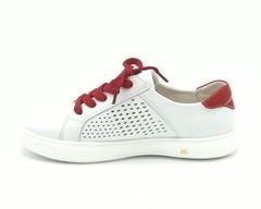 Белые кожаные перфорированные кеды с красными шнурками