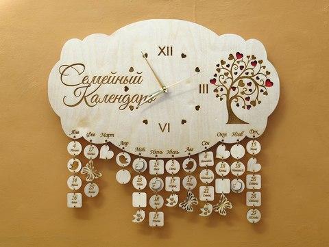 Семейный календарь ДекорКоми из дерева с часами. Календарь дней рождения