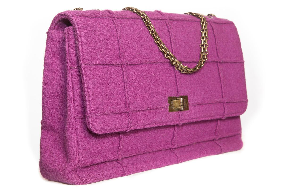 Красивая большая сумка из ткани сиреневого цвета от Chanel