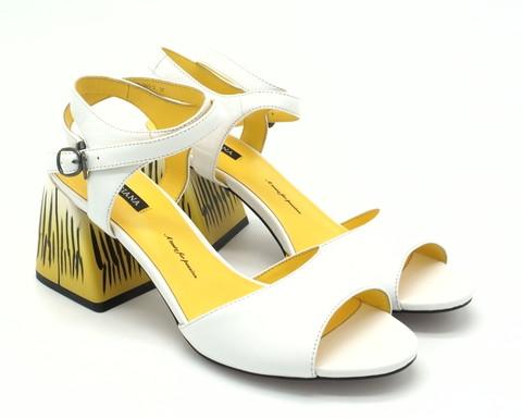 Босоножки белые на принтованном каблуке