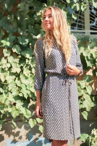 Платье прямое с поясом (синее с цветочными ромбами)