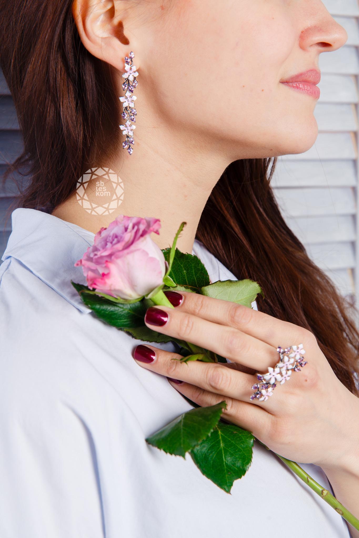 Кольцо из серебра с эмалью с аметистами