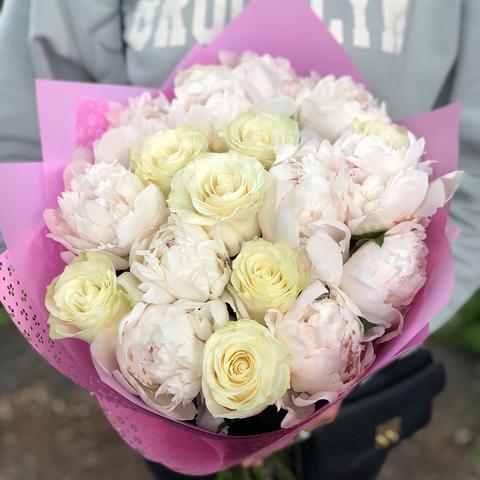 Букет из белых пионов и роз