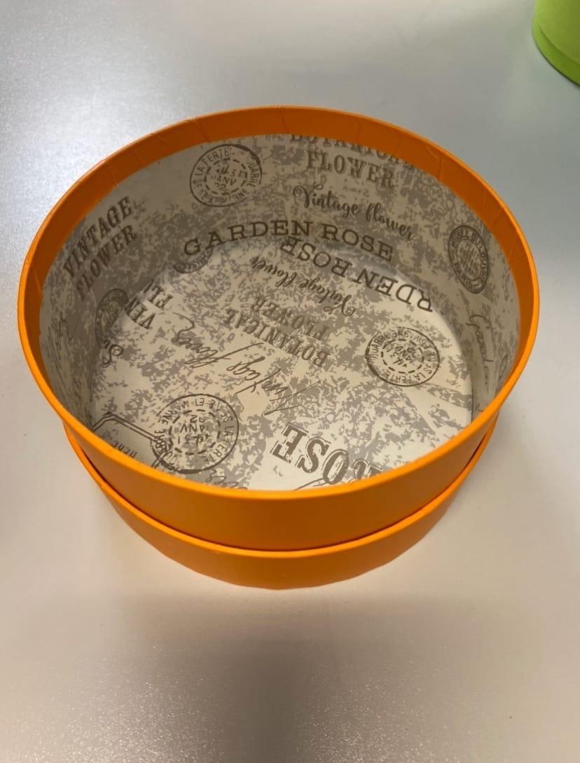 Короткая круглая коробка 18 см.  Цвет: оранжевый . Розница 300 рублей .