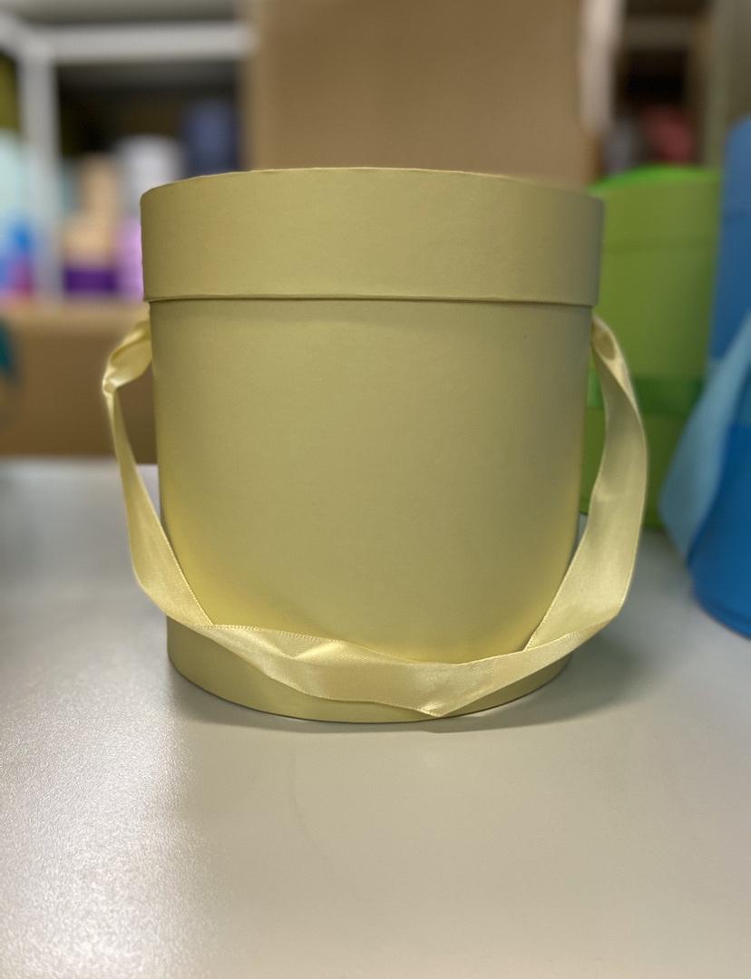 Шляпная коробка эконом вариант 18 см . Цвет: Нежно желтый . Розница 350  рублей .