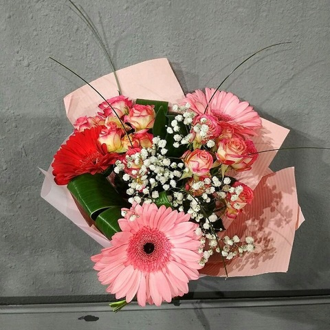 Букет из роз и хризантем в крафтовой бумаге
