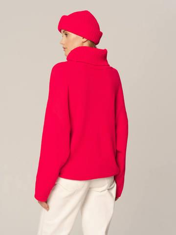 Женский комплект из свитера и шапки ярко-розового цвета - фото 4