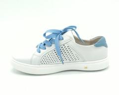 Белые кожаные перфорированные кеды с голубыми шнурками