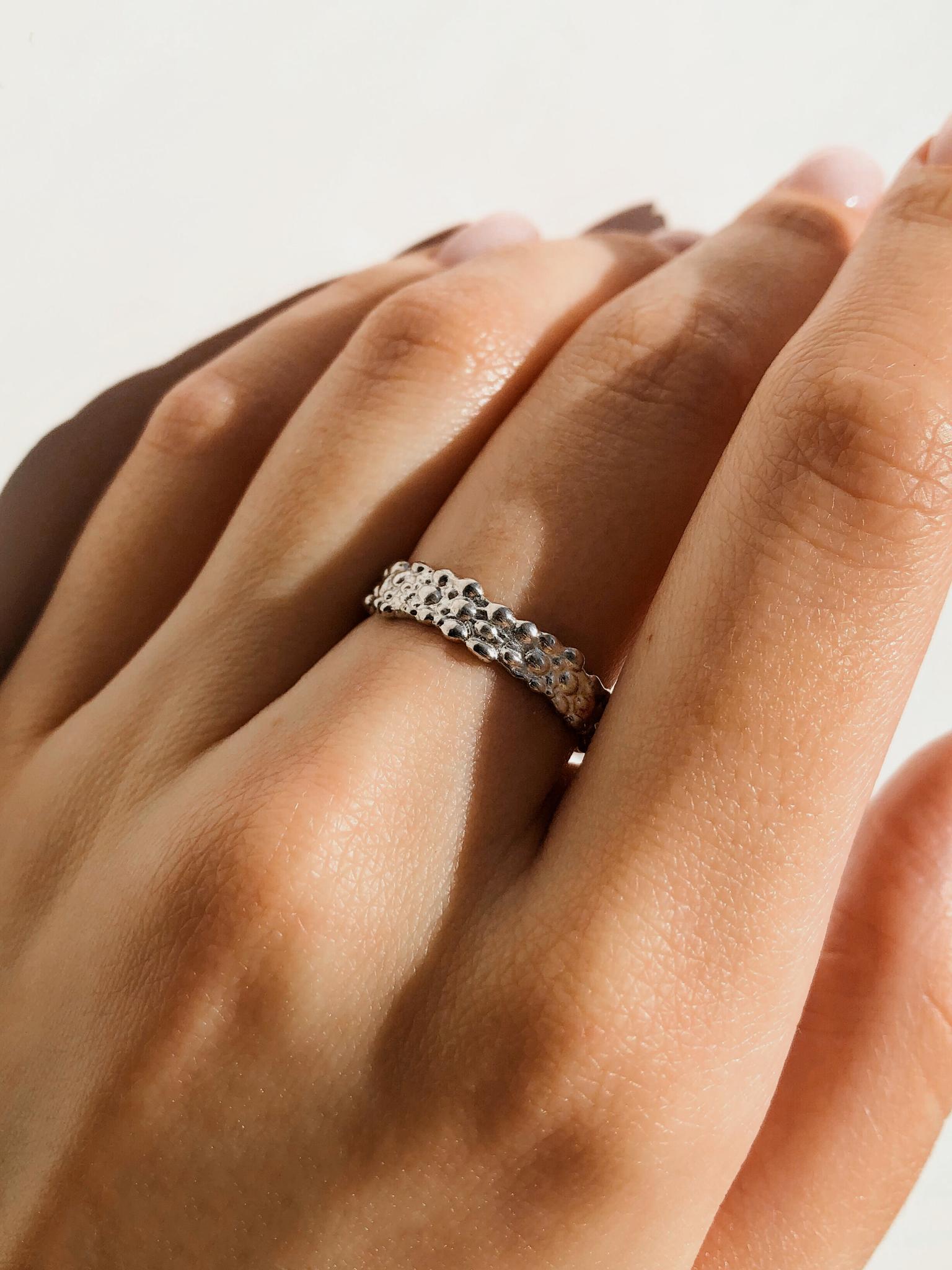 Серебряное узкое кольцо с пузырями