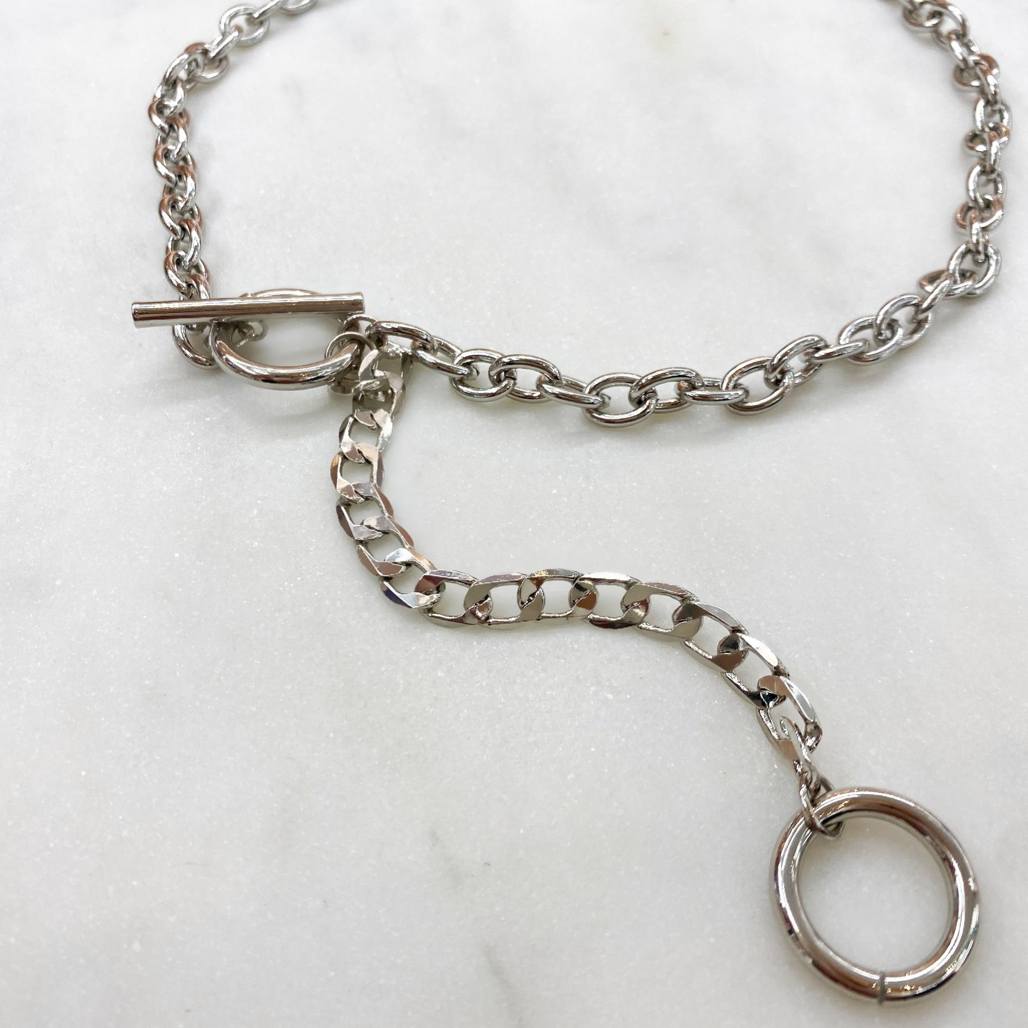Колье-цепь с декоративной застежкой, тоглом и кольцами (серебристый)