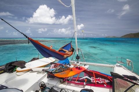 Хорошо лежать в гамаке на яхте.
