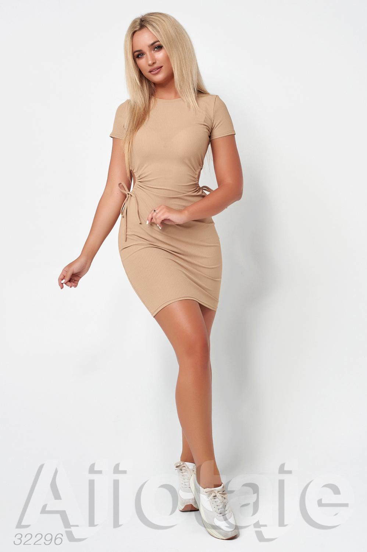 Платье из фактурного трикотажа с короткими рукавами