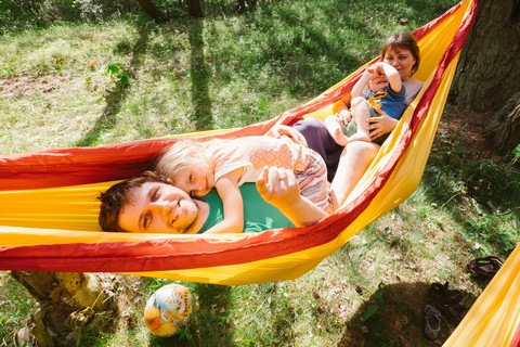Весело лежать всей семьей в гамаке.