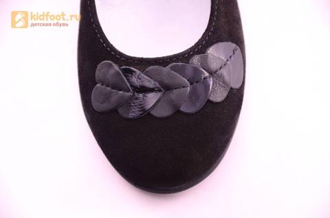 Туфли для девочек из натуральной кожи и велюра на липучке Лель (LEL), цвет черный. Изображение 15 из 17.