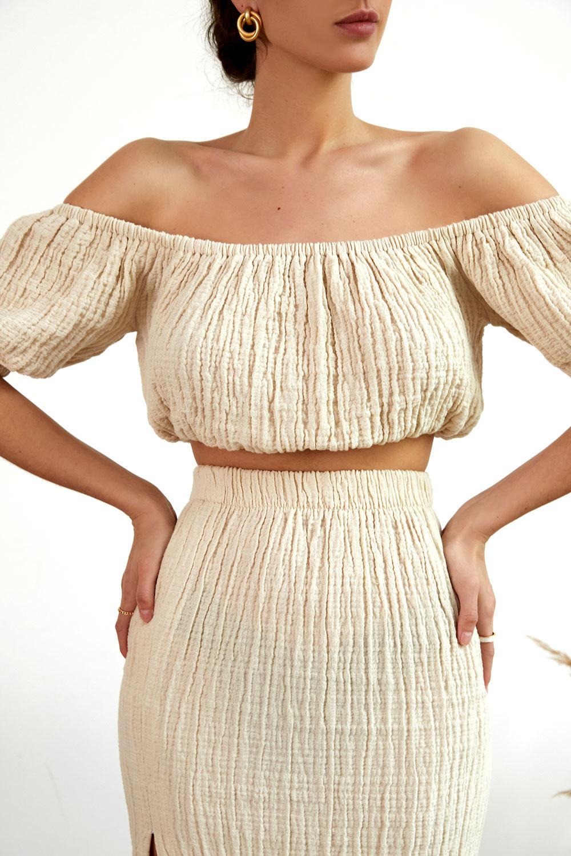Короткая блуза с рукавами-фонариками цвета беж