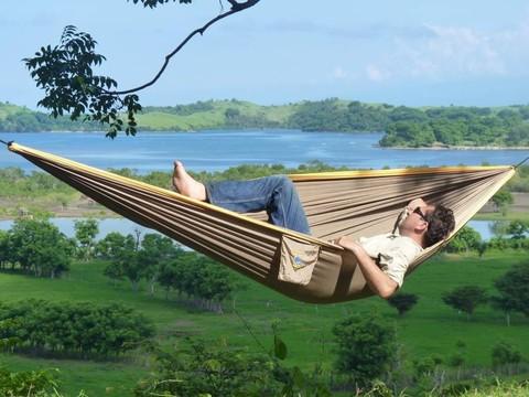 Летний день в гамаке на берегу реки.