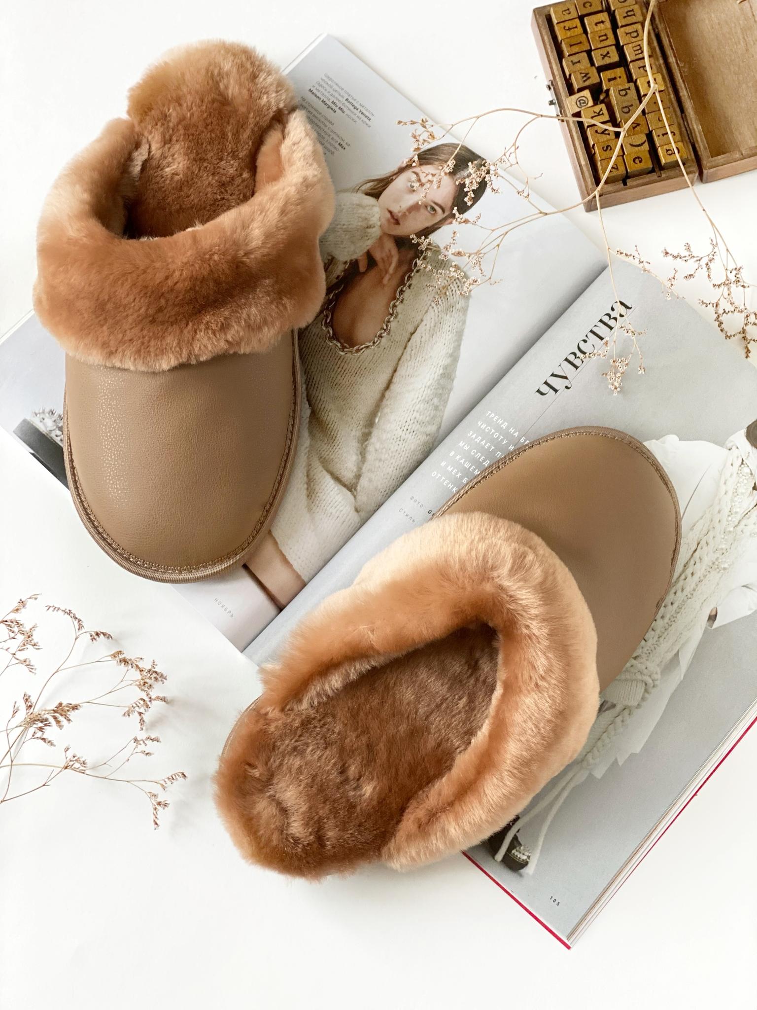 Меховые тапочки карамель закрытые с кожаным верхом карамельным